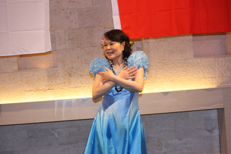 フラダンスで観客を魅了する宇野静恵さん