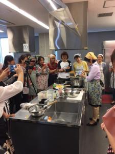 みんな熱心に料理作りに集中してます。