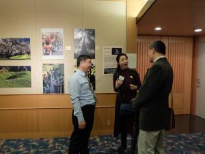 来場者と写真について談話する黄嘉勝先生