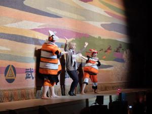舞鈴劇場のパフォーマンス5 来場者参加のコミカルな時間もありました