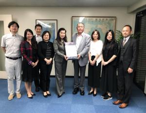 台北駐日経済文化代表処 王東生僑務部長(右から4人目)、文君妃秘書(左から4人目)と。