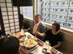 台北駐日経済文化代表処の王僑務部長(左)と文秘書