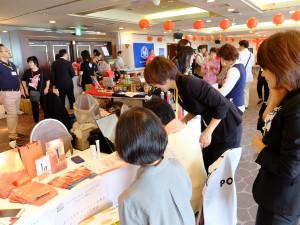 埼玉県内に店舗を置く企業からもたくさん出展していただきました。こちらは化粧品の体験。