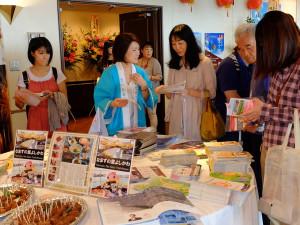 台湾観光の資料と吉川市名物ナマズの天ぷら(手前)。
