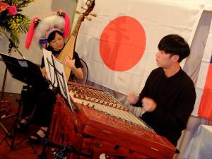 琵琶と楊琴の演奏