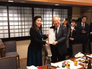 埼玉台湾総会理事一同から郭副代表への贈り物
