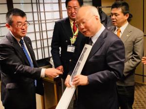 埼玉県日台友好首長フォーラムの皆様からは、本上絣のネクタイが贈られました